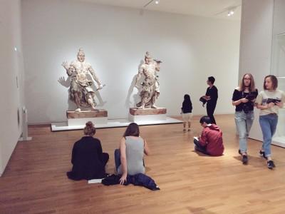 Het Hele weekend Big Draw in het Rijksmuseum! Overal zitten mensen op de grond te tekenen.