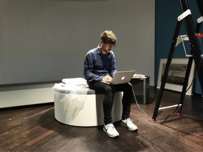 Componist Matthijs aan het werk op locatie voor de muziek van de Stadsarchief animatie