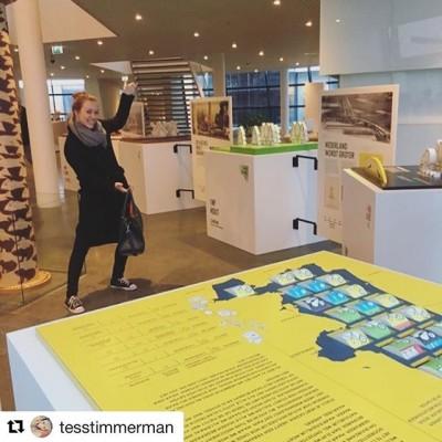 De reizende tentoonstelling #opgewekt, nu te zien in de lobby van @provincienh, wordt ook gesteund door @degroenemug, het duurzaamheidsinitiatief van @gemeentehaarlem. (Repost @tesstimmerman)