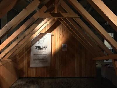 In @museumvlaardingen staat dit gezellige houten huis. Natuurlijk daglicht stroomt naar binnen door de opengewerkte dakconstructie. Dit authentieke huis, bouwjaar 1018, heeft de tand des tijds perfect doorstaan. De 32 vierkante meter wordt efficiënt warm gehouden door een traditionele vuurhaard. Op loopafstand van rivier de Vlaarding, Albert Heijn en de burcht waar graaf Dirk III de scepter zwaait. Open dag: 6 april 2018Huurprijs: €9,50 per dag (kosten koper)Gratis met @museumjaarkaart. #tentoonstelling #tentoonstellingsontwerp #vlaardingen #synergique