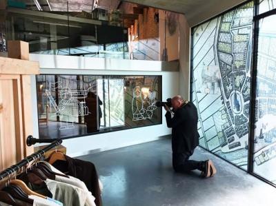 Huisfotograaf @mikebinkfotografie aan het werk in onze familietentoonstelling #BoerEnBurcht in @museumvlaardingen. Ideaal uitje voor je meivakantie trouwens!