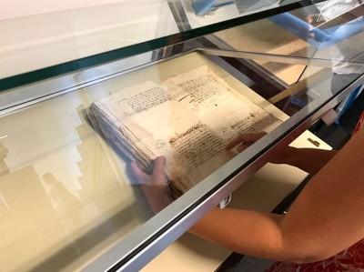 Buiten is het warm, binnen plaatsen we virtueel gekleurde blokjes op 16e eeuwse documenten over #Rembrandt. Rechts ligt de 'Wel te pas' verklaring die stelt dat Rembrandt gezond in Amsterdam aankwam.Links ligt het tweede testament van Saskia van Uylenburgh, Rembrandt's vrouw. De tentoonstelling Rembrandt Privé opent 6 december in @stadsarchief #Amsterdam.