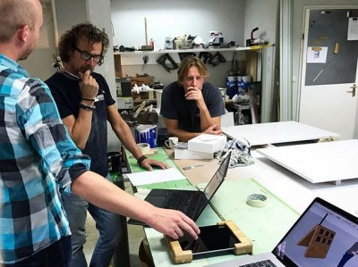 Voor de tentoonstelling #rembrandtprive in @stadsarchief ontwikkelen we een custom iPad case met 2 koptelefoonaansluitingen (voor de gedeelde ervaring) en draadloos laden. #exhibitiondesign #industrialdesign #tentoonstellingsontwerp